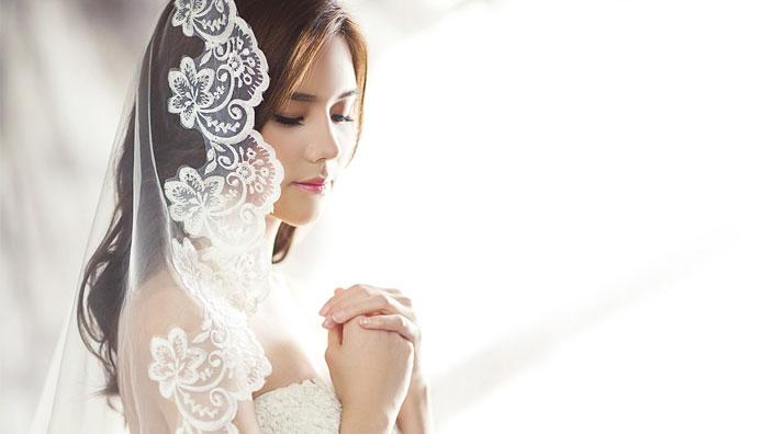 白いウェディングドレスとベールのイメージ