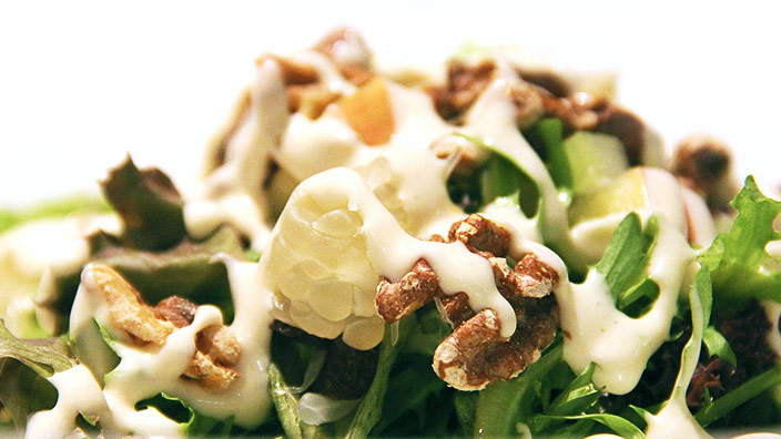 マヨネーズのかかったサラダのイメージ