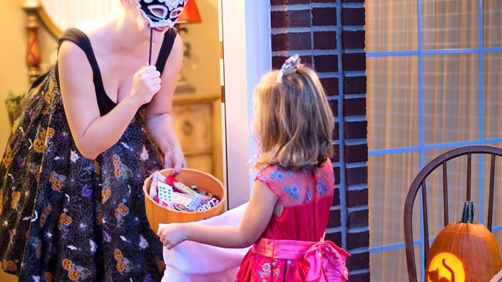 ハロウィンでお菓子をもらう子ども(トリック・オア・トリート)